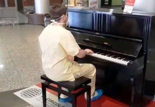 """Un messaggio, un'emozione – Il medico che terminato il suo turno si siede al pianoforte e intona """"Don't stop me now"""" """"non fermatemi ora"""" dei Queen…"""
