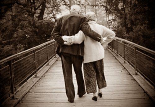 """""""Se ne vanno"""", la poesia da brividi che rende omaggio ad un'intera generazione di nonni strappata via dal virus, senza neanche una carezza, senza che nessuno gli stringesse la mano, senza neanche un ultimo bacio…"""