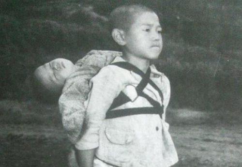 6 agosto 1945 – 75 anni fa – Tutto l'orrore di Hiroshima e Nagasaki in una foto: il bimbo con il fratellino morto sulla schiena