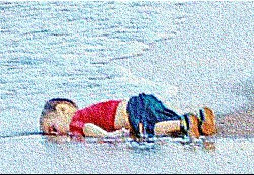 5 anni fa – Ricordate Alan Kurdi? Il bimbo siriano di 3 anni annegato con la famiglia? La sua straziante foto faccia in giù nella sabbia fece il giro del mondo e ci fece tanto indignare… Ma per poco, poi abbiamo ripreso ad infischiarcene… E di piccoli Allan ce ne sono ogni giorno a decine, mentre noi ci giriamo dall'altra parte!